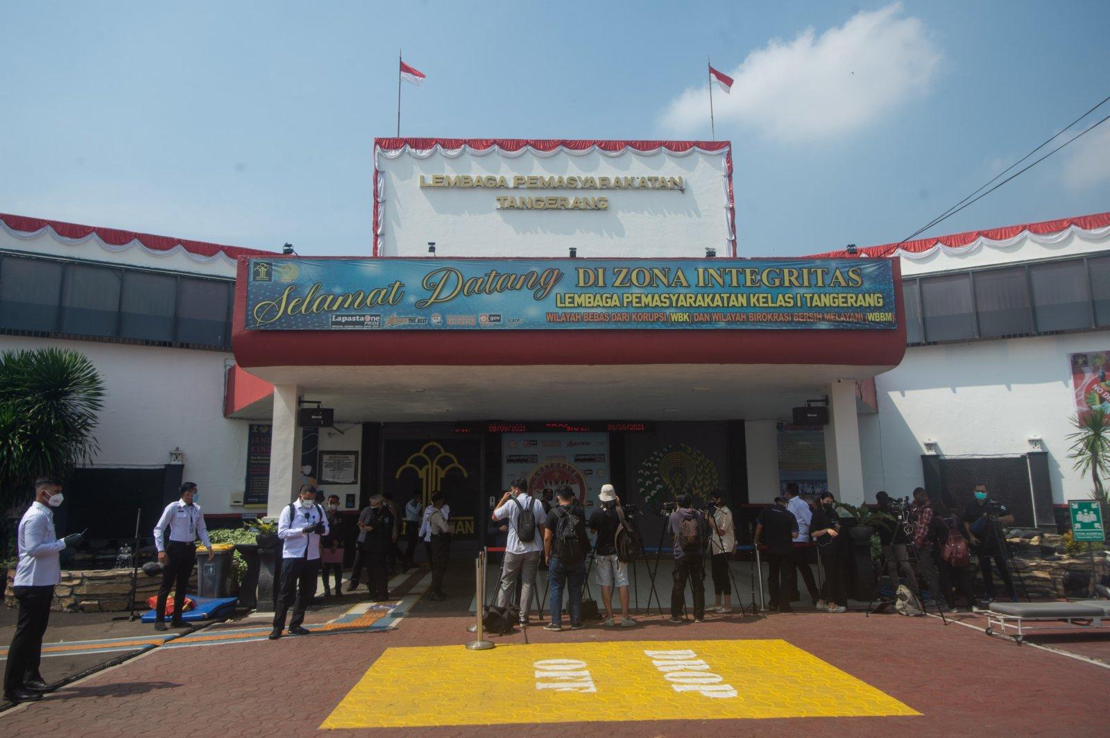 9月8日,媒體記者和工作人員聚集在印度尼西亞唐格朗一監獄門前。(新華社)