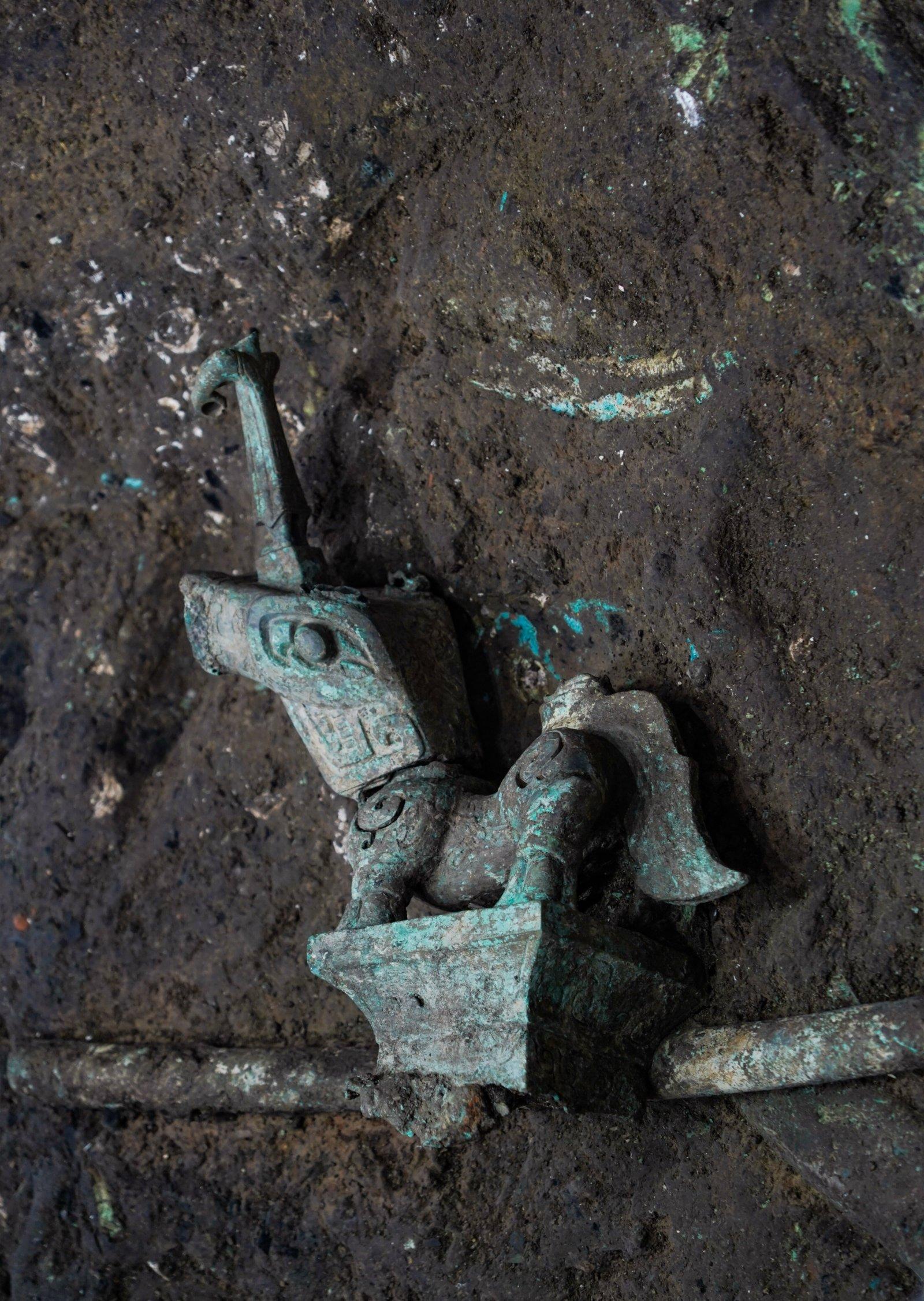 這是在四川德陽廣漢市三星堆遺址考古發掘現場3號「祭祀坑」內拍攝的青銅神獸(9月6日攝)。