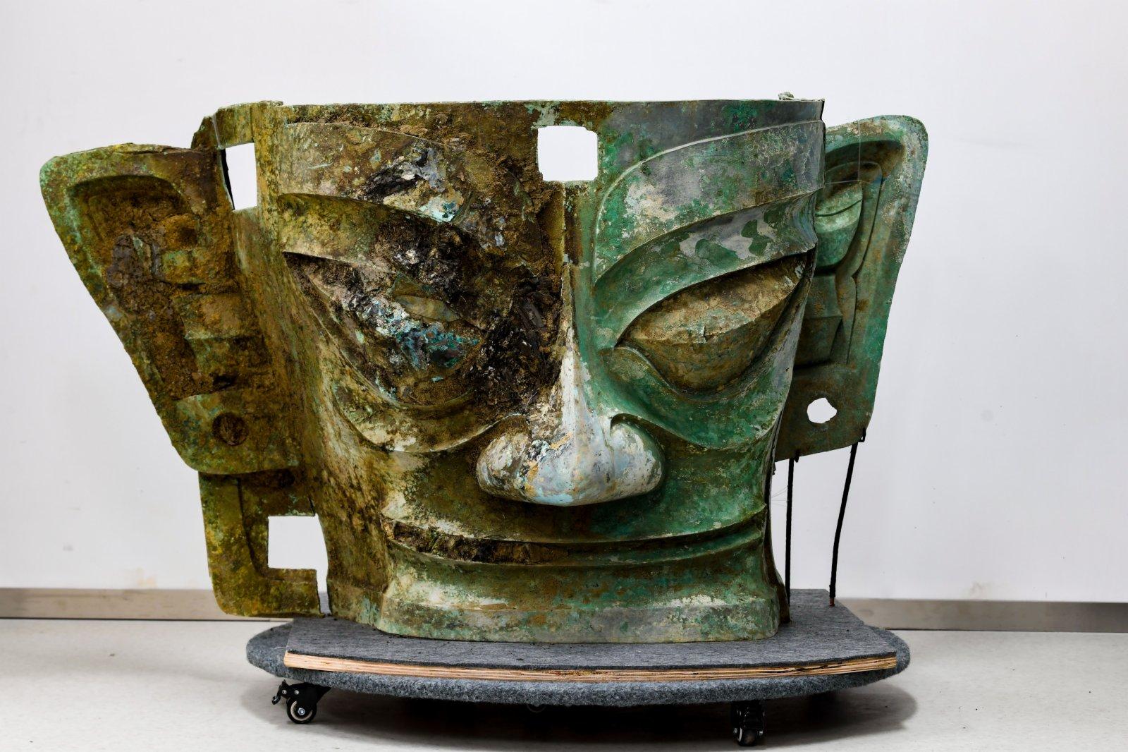 這是在四川省文物考古研究院三星堆考古研究所拍攝的三星堆遺址3號「祭祀坑」出土的青銅面具(9月3日攝)。