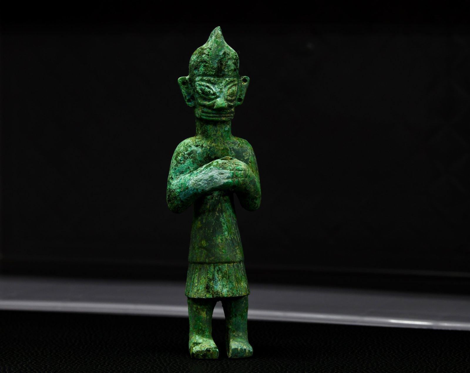 這是在四川省文物考古研究院三星堆考古研究所拍攝的三星堆遺址3號「祭祀坑」出土的青銅人像(9月3日攝)。