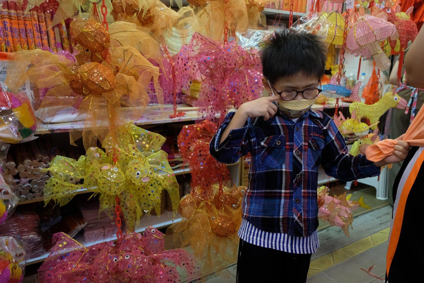 家長帶小朋友在元朗大橋街市選購中秋節燈籠(大公文匯全媒體記者麥鈞傑攝)
