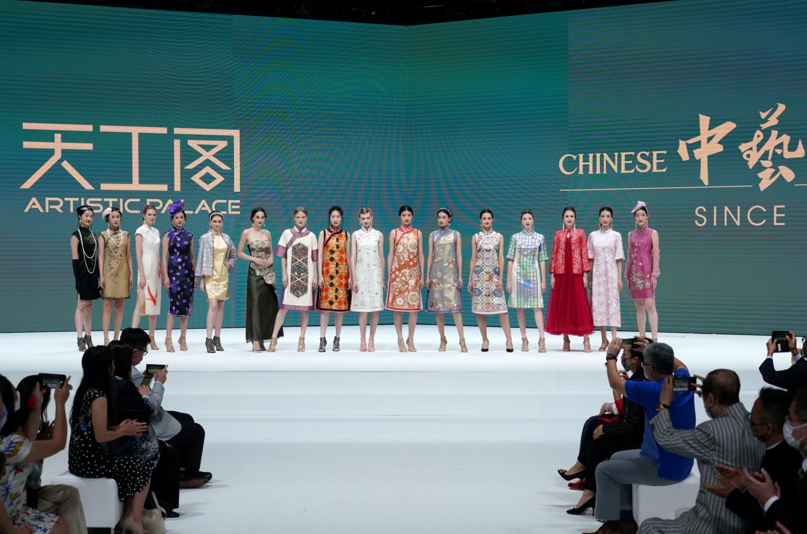 以「錦衣華裳」為主題的「2021中藝旗袍秀」在香港會展中心上演。(中新社)