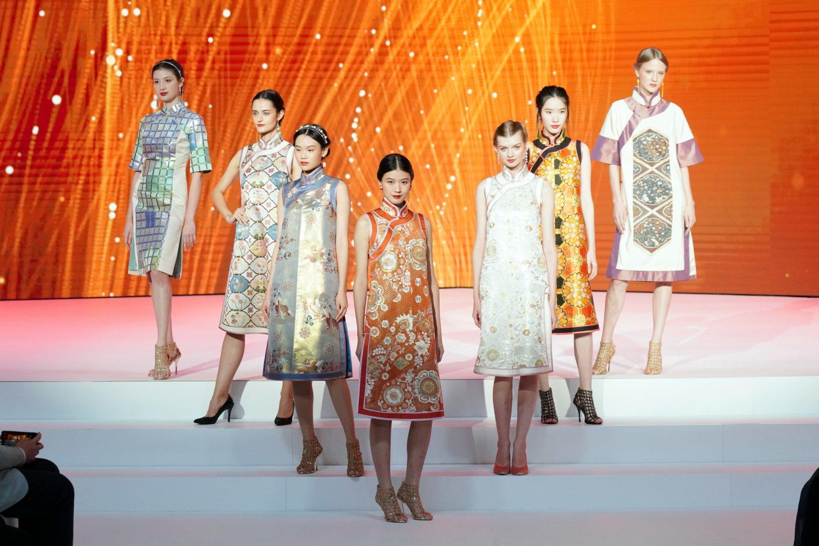 圖為模特展示「華」系列緙絲禮服。(中新社)