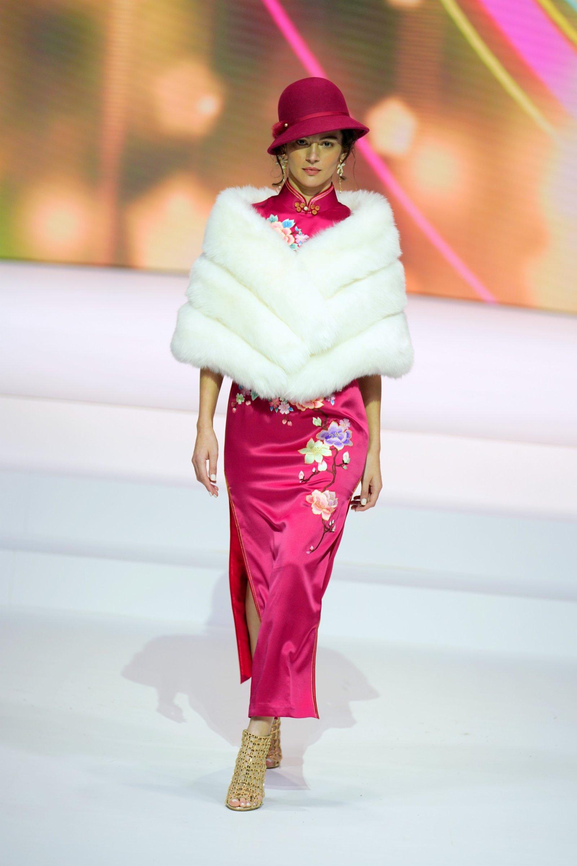 圖為模特展示「霓」系列海派旗袍。(中新社)