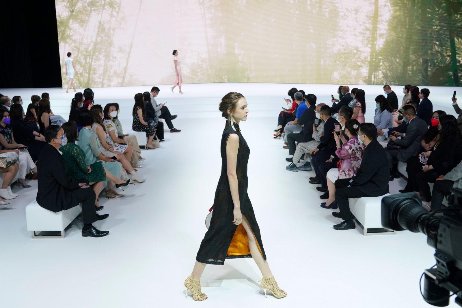 圖為模特展示「纖」系列現代旗袍。(中新社)