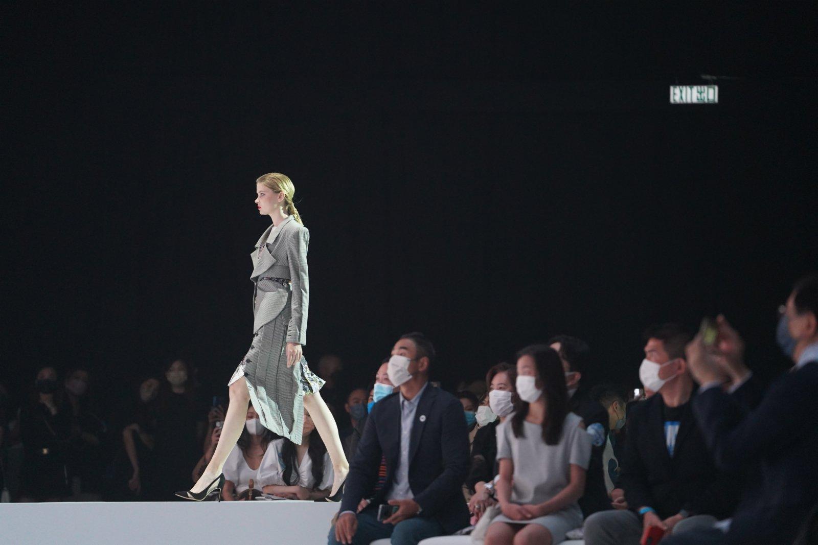 模特在展示新一季的時裝設計。