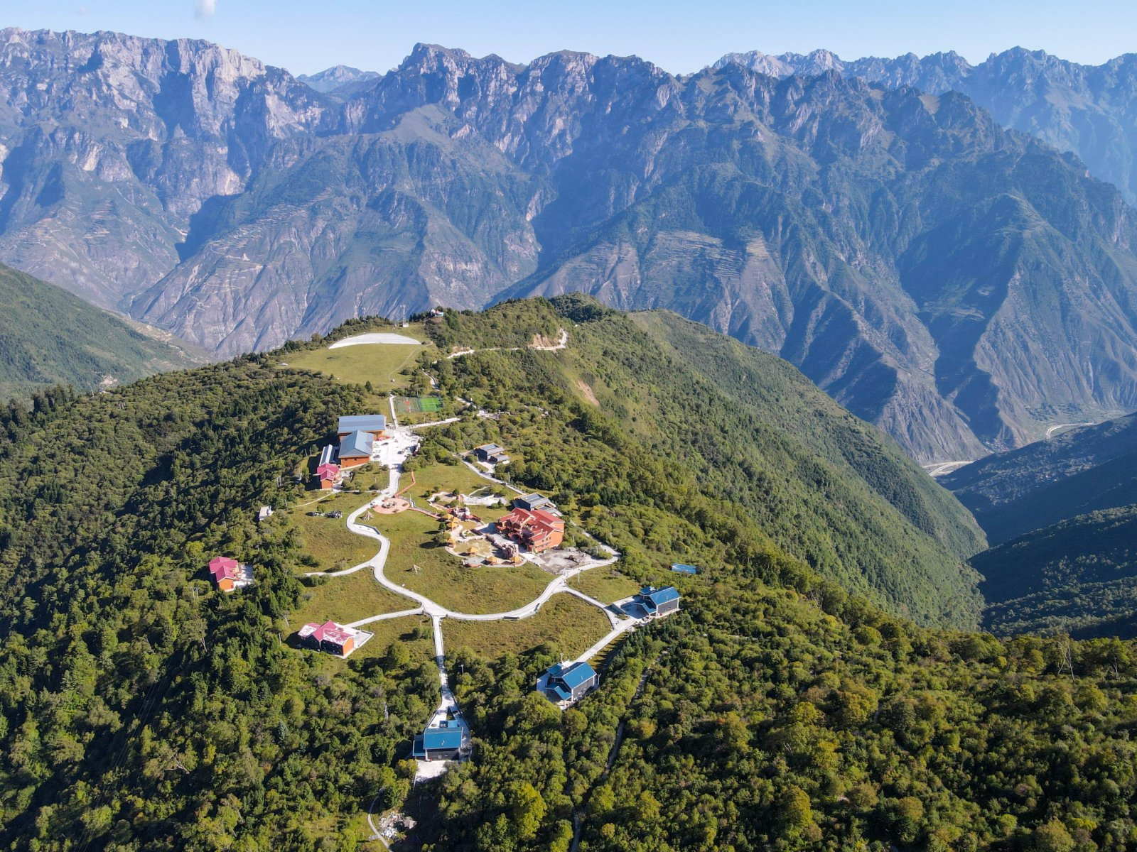 拉尕山景區內的遊客服務中心和民宿。(新華社)