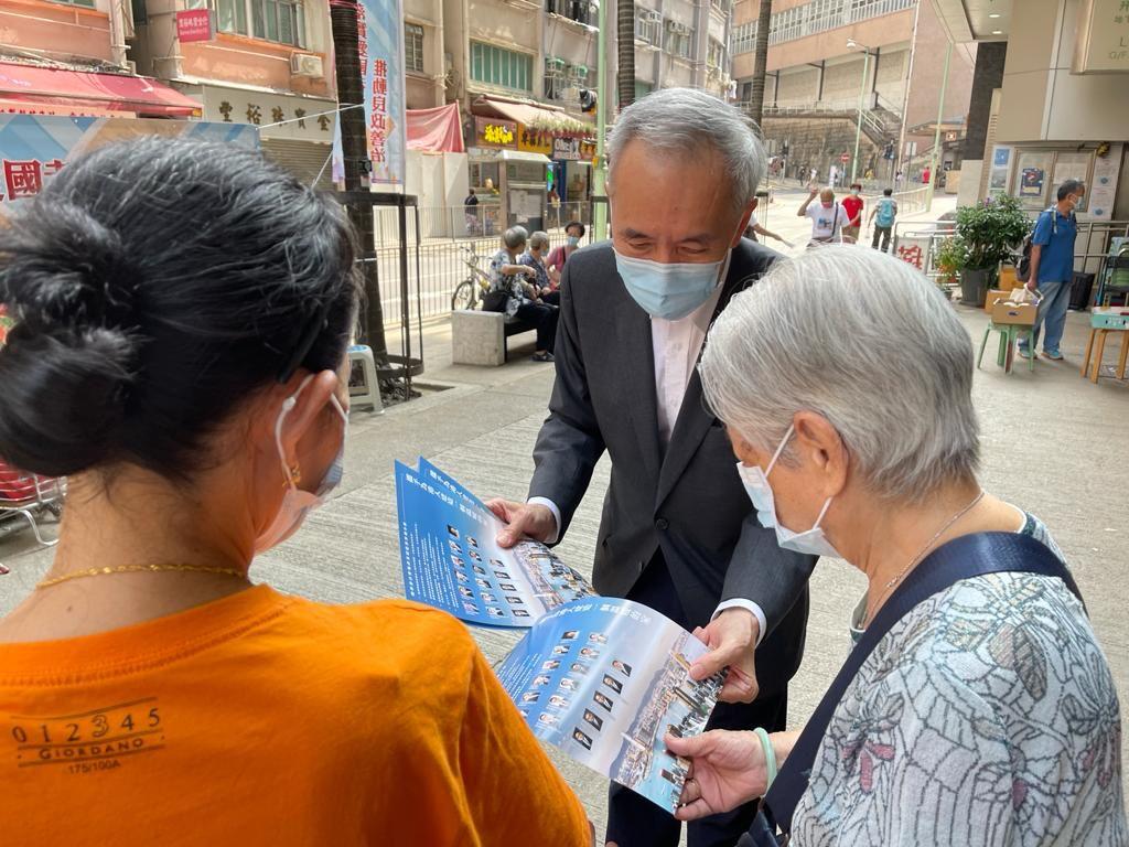 地產及建造界選委、信和集團主席黃志祥,在港島西石塘咀街市街站派發地產及建造界宣傳單張。