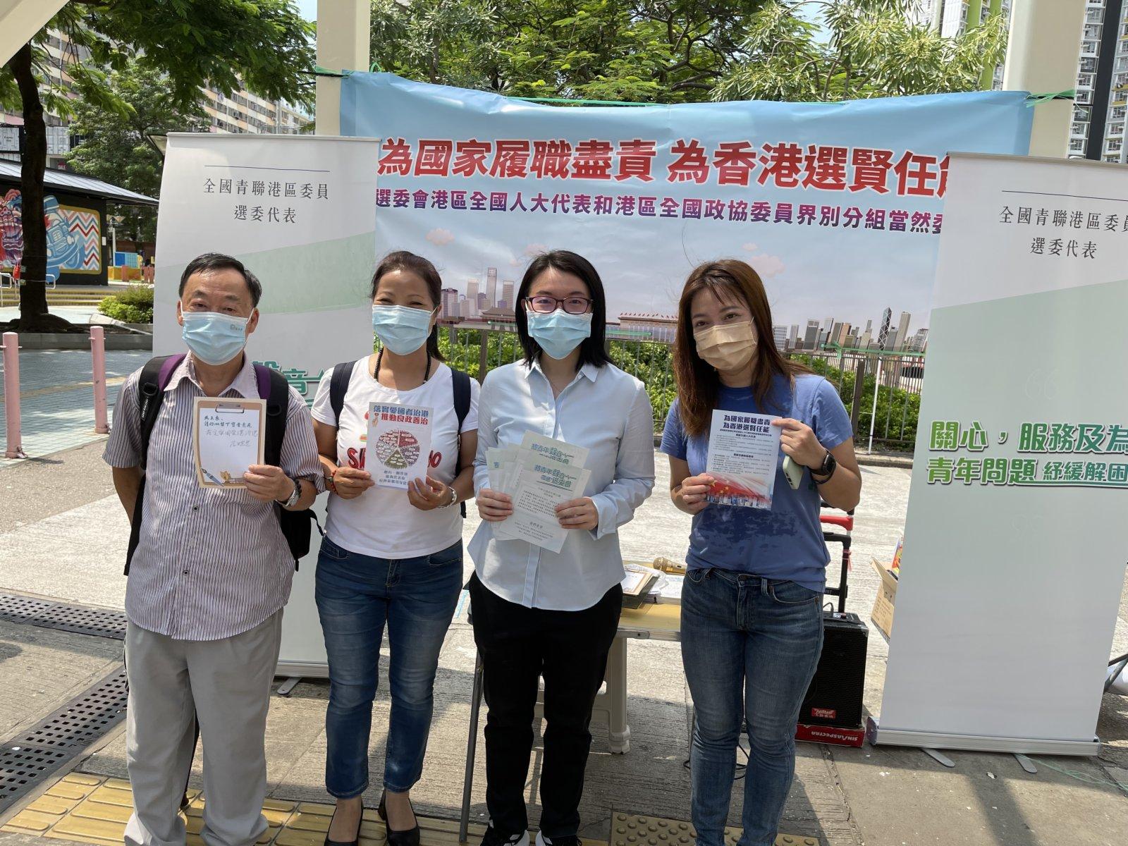 全國青聯選委謝曉虹分發傳單,聽取市民意見。