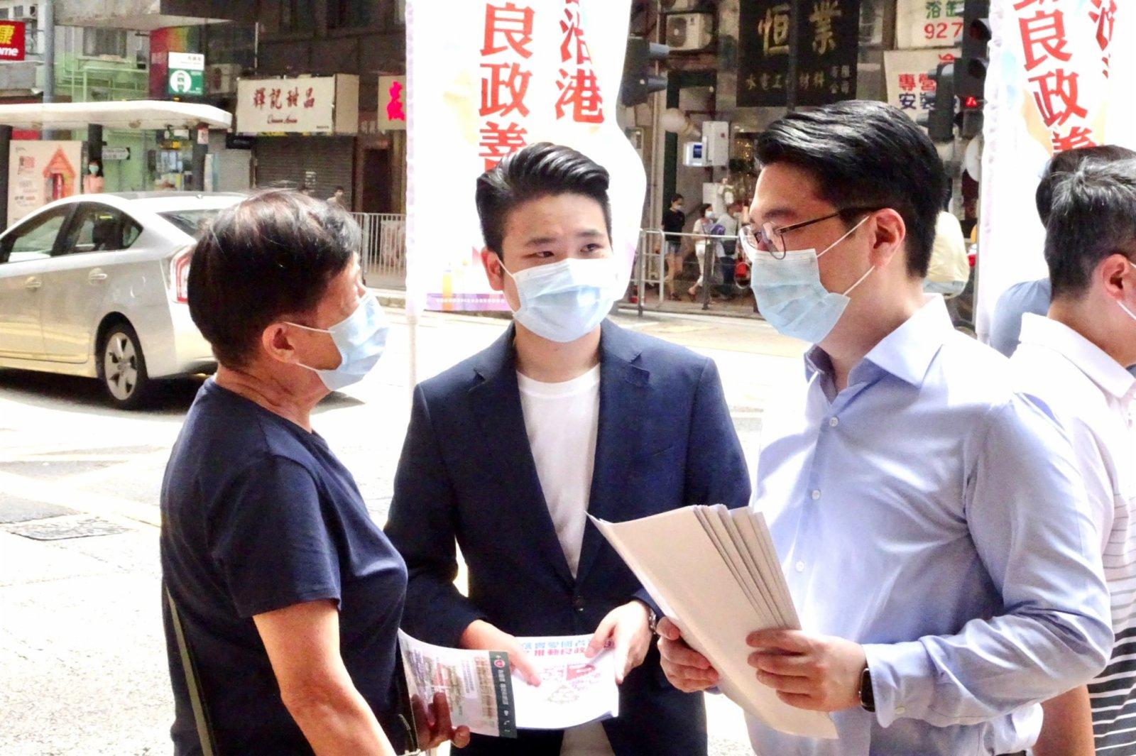 地產及建造界選委李家誠在街站點派發單張。