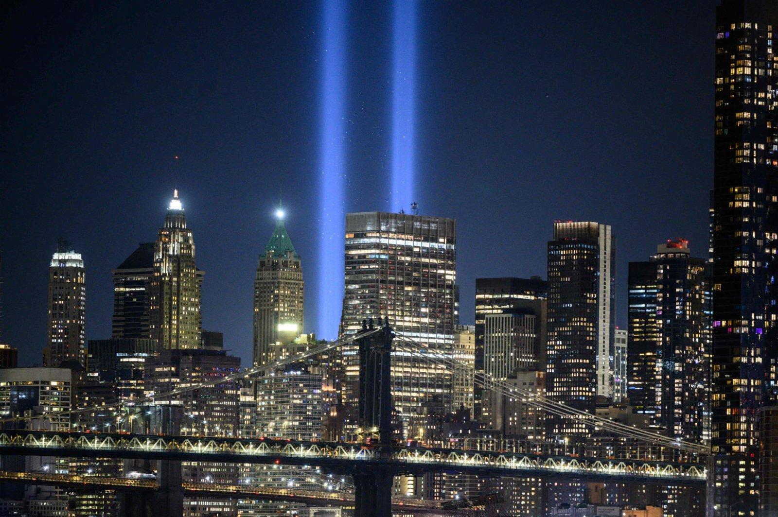 當地時間9月11日,美國紐約進行一年一度的「燈光致敬」——兩束高能光束將從雙子塔曾經矗立的地方直衝雲霄,紀念「9·11」事件遇難者。(路透社)