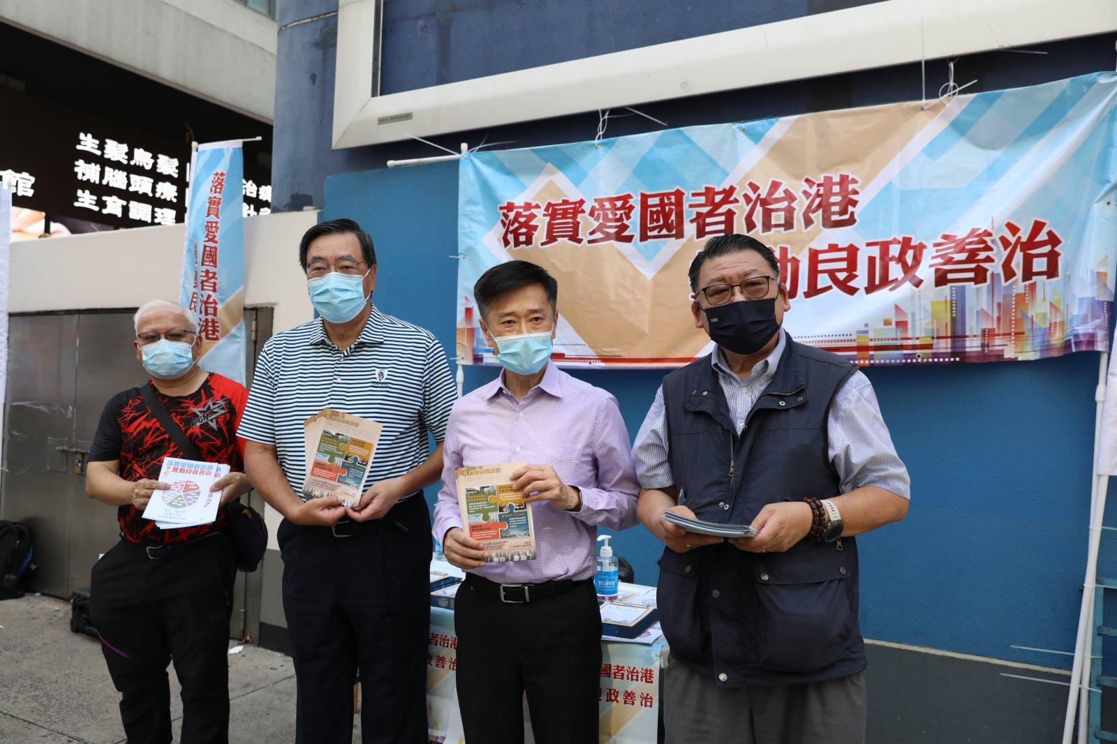 立法會主席梁君彥、旅遊界立法會議員姚思榮到油麻地站外街站派發宣傳單。
