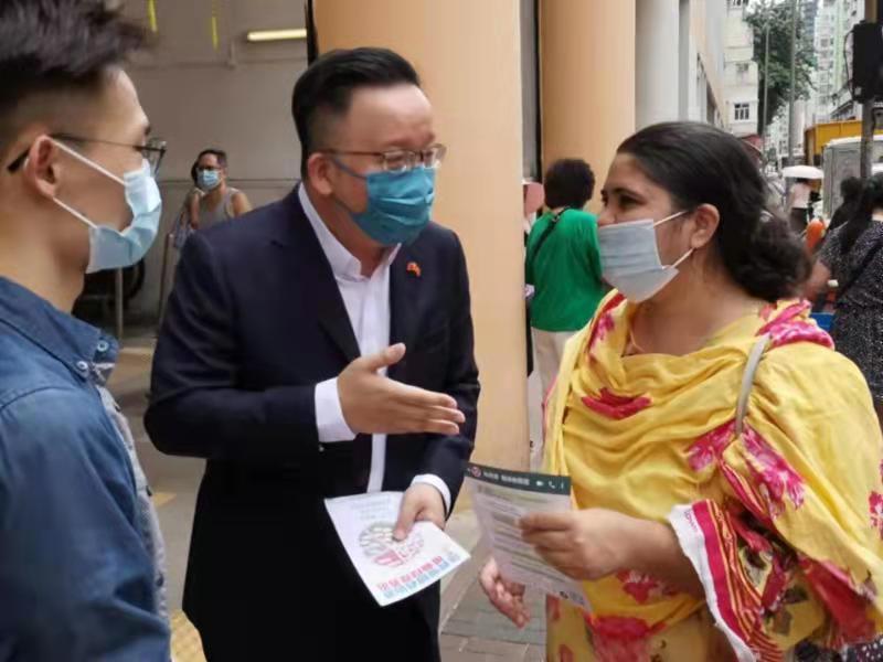 全國人大代表陳曉峰聽取少數族裔人士意見。
