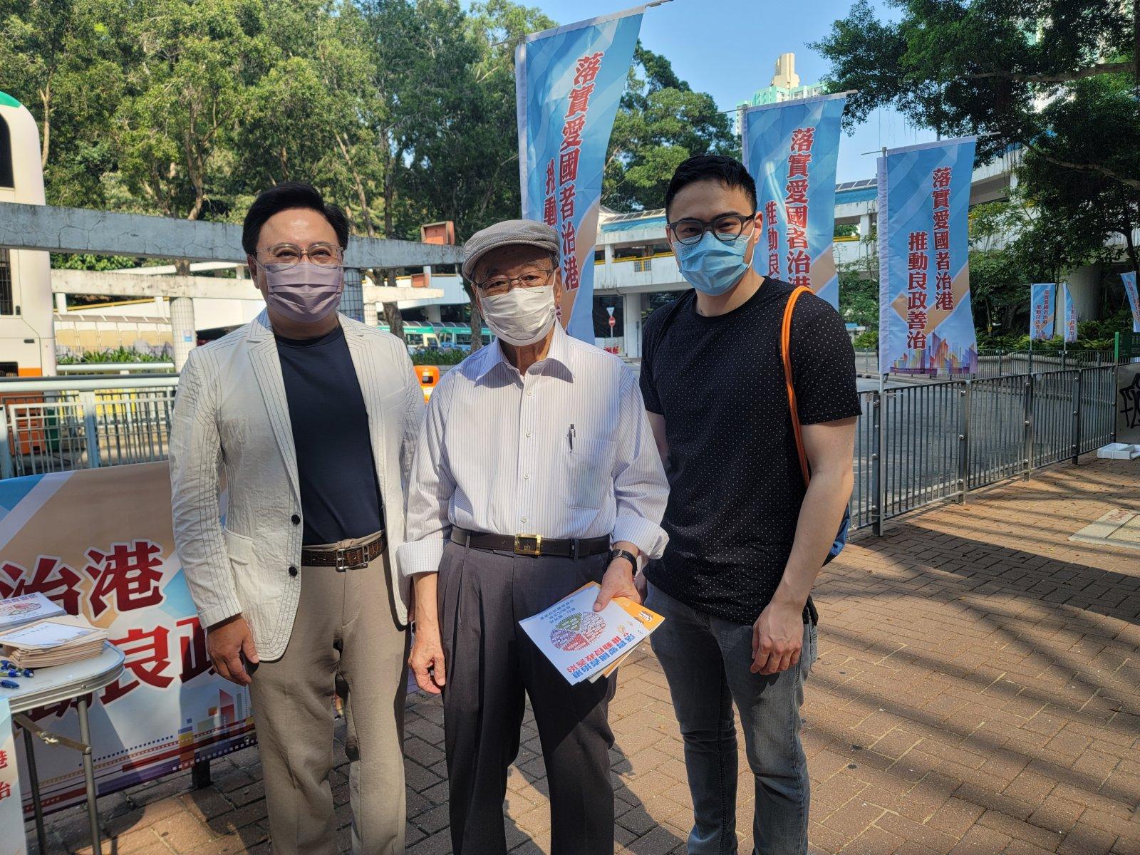 香港藝術發展局主席王英偉(左)帶同家父和兒子到東區耀東街站派傳單。