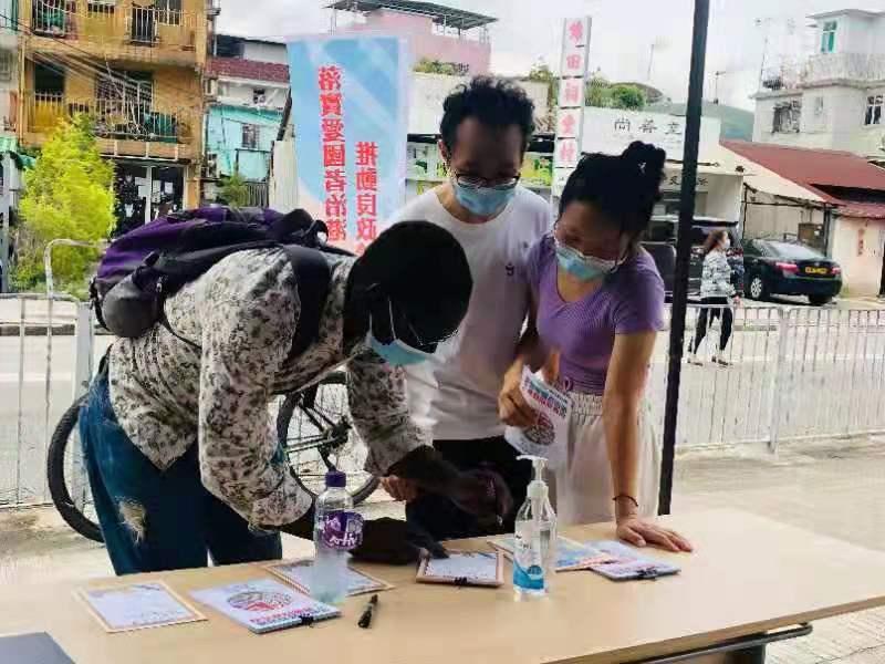 少數族裔人士在元朗錦田街站簽名支持。
