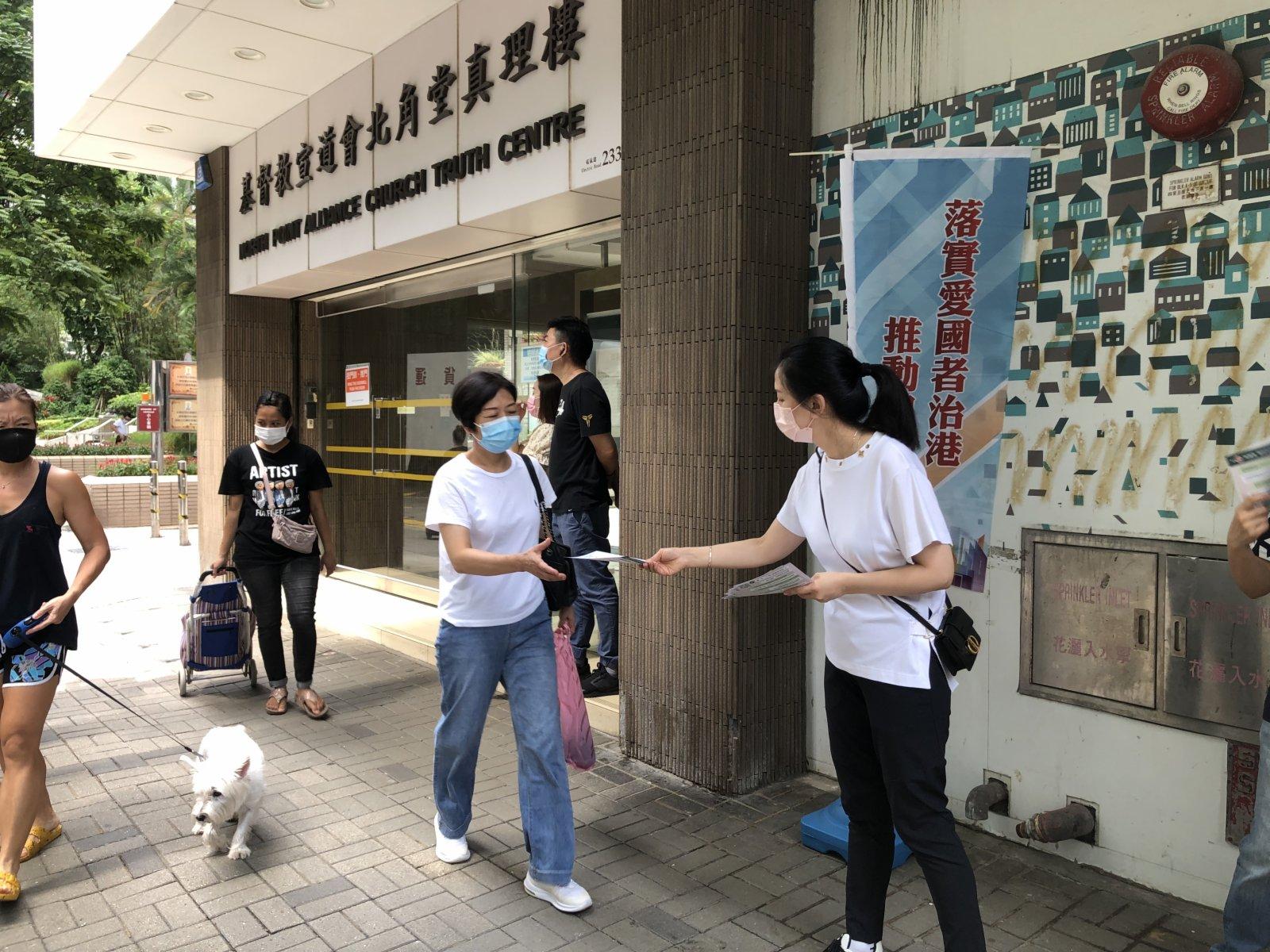 第五界別選委鄧宣宏雁在街站派傳單。