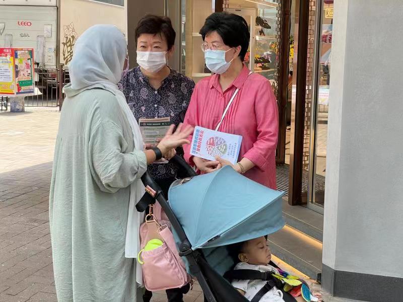 全國政協常委、世衞前總幹事陳馮富珍和全國政協委員王惠貞訪問了兩名少數族裔人士,他們都對香港現時的生活很滿意,感覺很安全。其中一位印裔人士女士希望在醫療方面,分娩時先生能夠在旁邊。