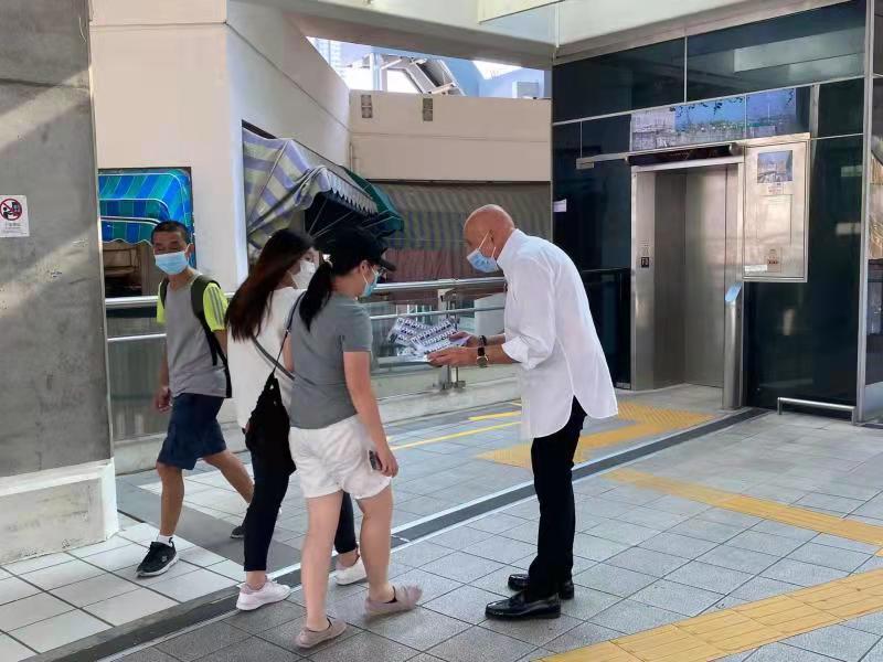 飲食界選委盛智文在黃竹坑地鉄站天橋派單張。