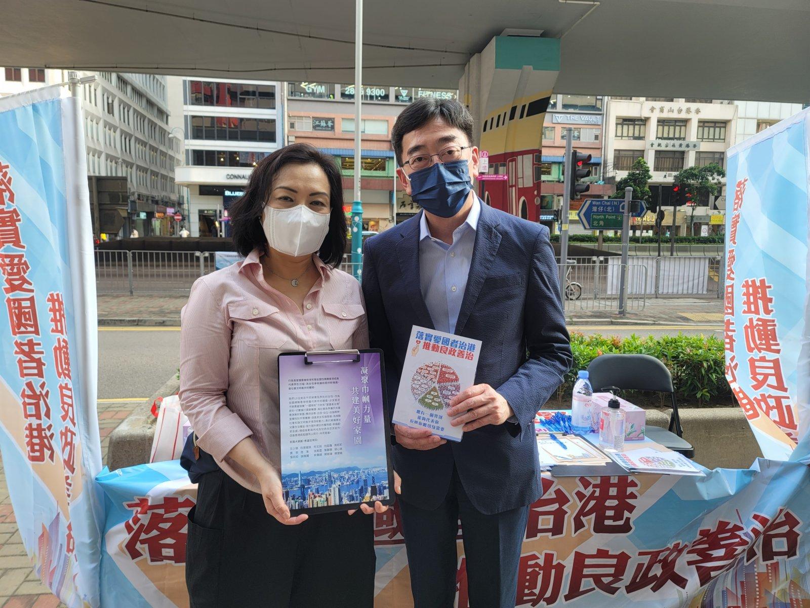 全國政協委員、香港醫務委員會委員高永文在上環街站派發傳單。