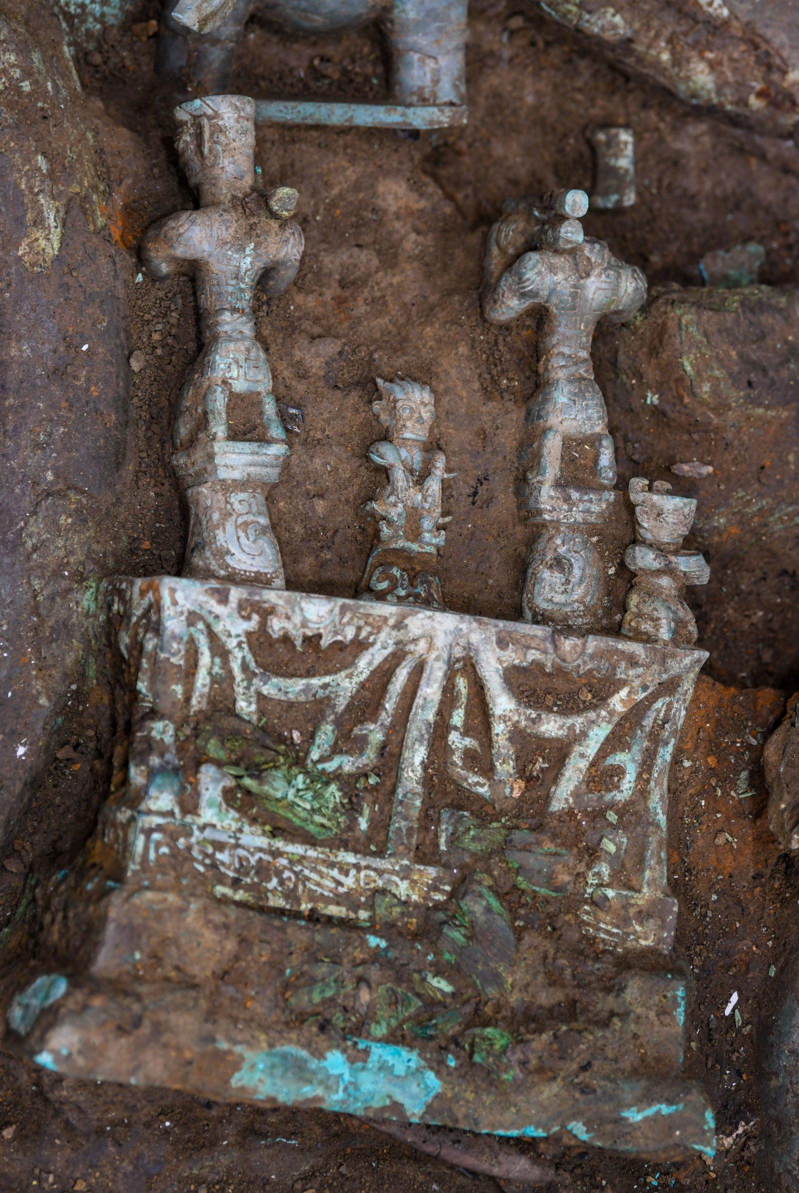 這是在四川德陽廣漢市三星堆遺址考古發掘現場8號「祭祀坑」拍攝的青銅「神壇」局部(9月2日攝)。