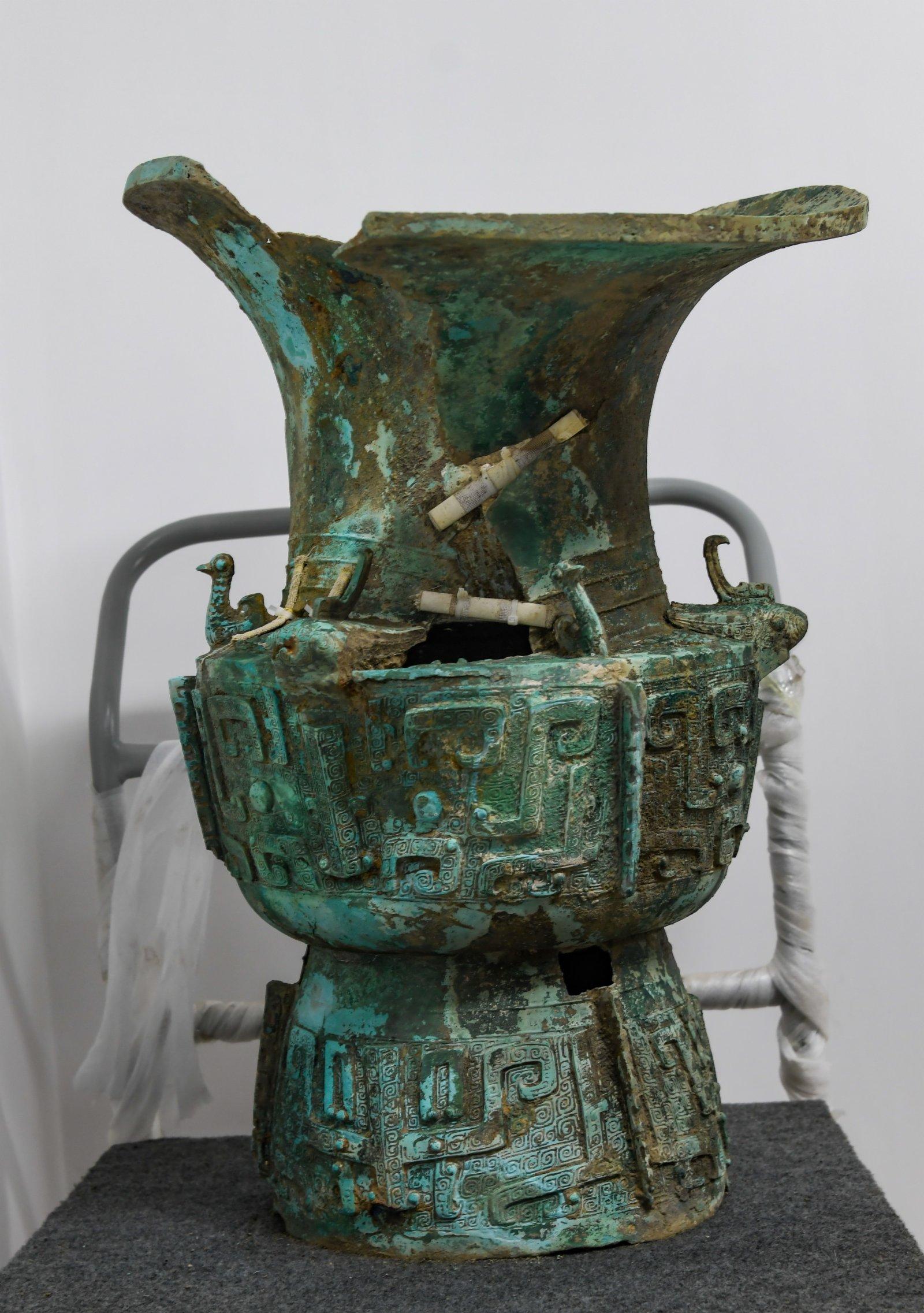 這是在四川省文物考古研究院三星堆考古研究所拍攝的三星堆遺址3號「祭祀坑」出土的銅尊(9月2日攝)。