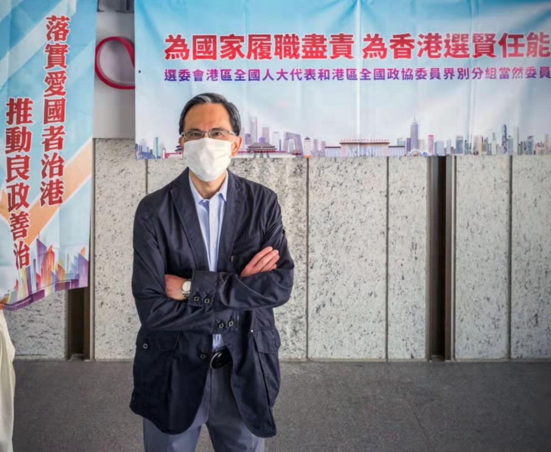 李澤鉅在「落實愛國者治港 推動良政善治」街站進行準備工作。