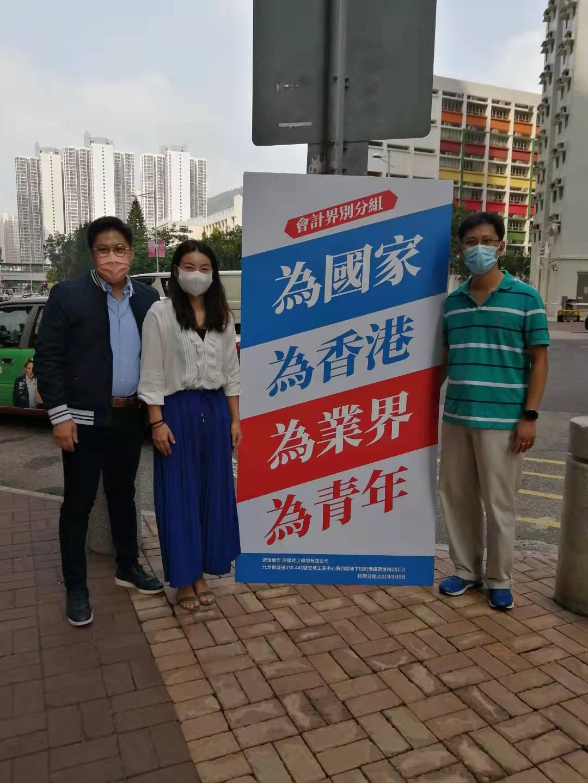 霍啟剛和郭晶晶在西貢街站向市民宣傳新選制,聆聽市民聲音。