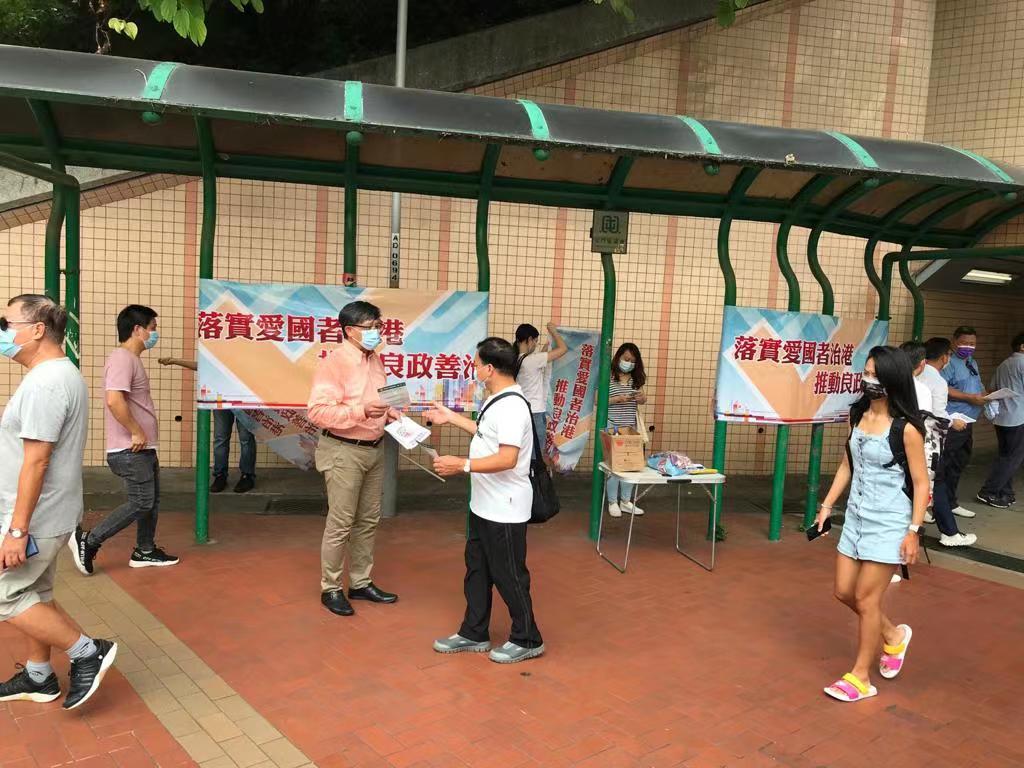 何君堯在屯門街站向市民宣傳新選制,聆聽市民聲音。
