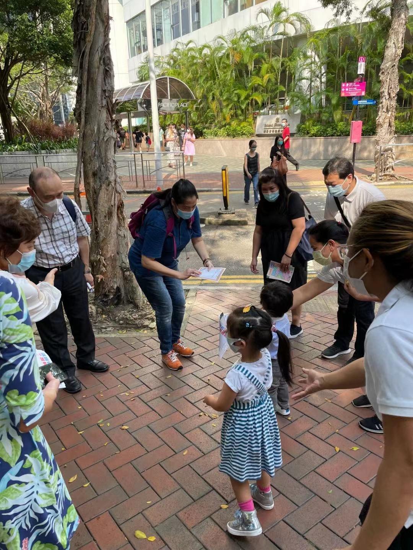 有酒店界選委帶小孩上街聽取意見。