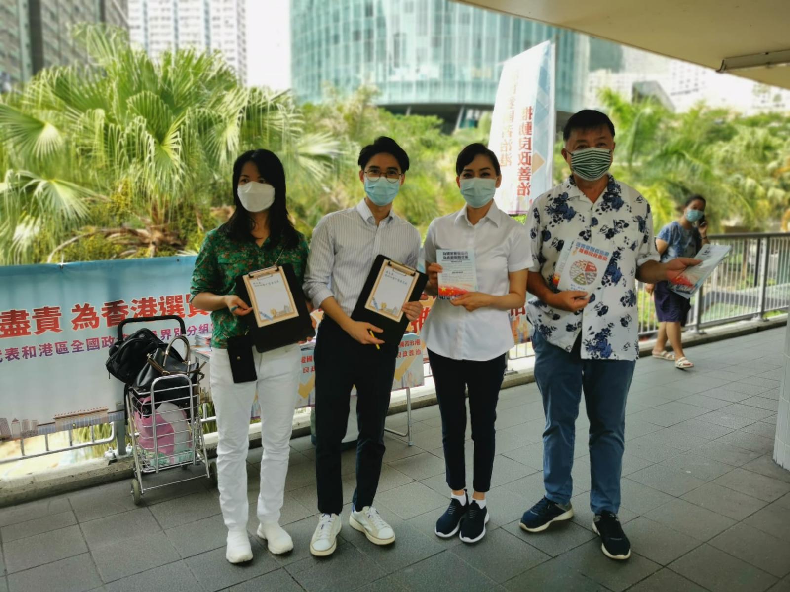 陳凱榮、鄺美雲在柴灣街站,聽取市民意見。