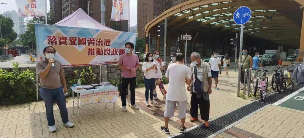 梁志祥(左)在街站點向市民宣傳新選制,聽取市民意見。