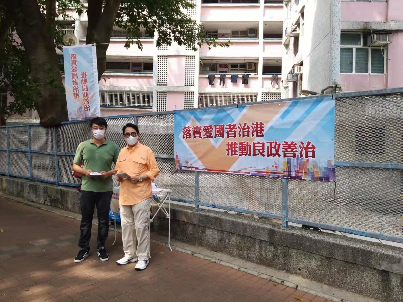 黃國健(右)在街站點向市民宣傳新選制,聽取市民意見。