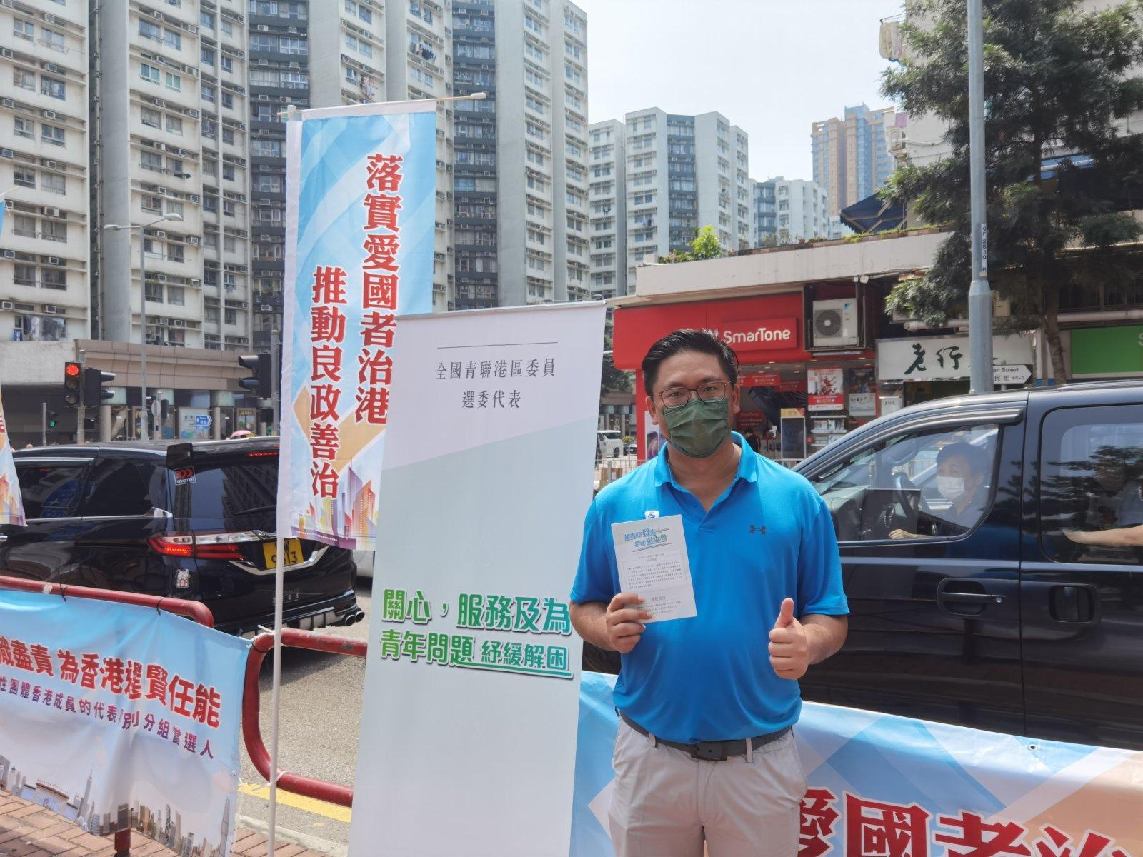 全國青聯副主席梁宏正在黃埔擺街站。