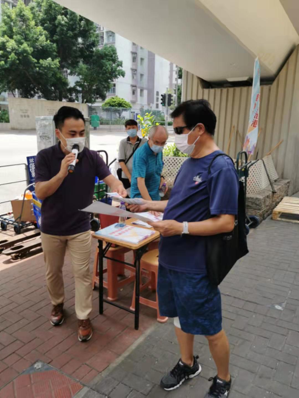 立法會議員、東區區議員郭偉強在港島街站向市民宣傳新選制。