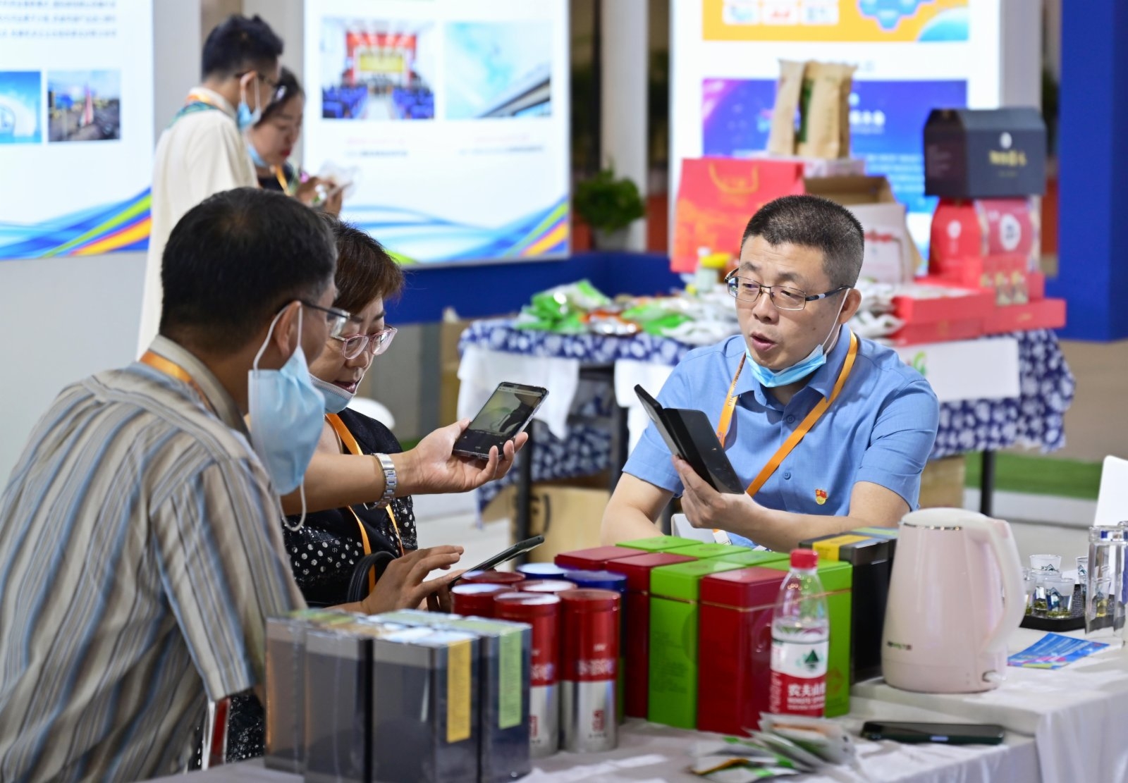 在第二十一屆中國國際投資貿易洽談會展館現場,參展客商在相互添加好友以便日後進行貿易洽談交流。(新華社)