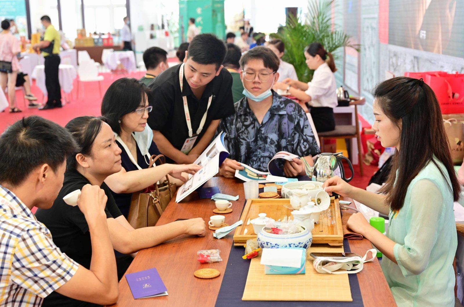 在第二十一屆中國國際投資貿易洽談會中國茶業投資貿易博覽會現場,客商們在品嘗來自福建省安溪縣的烏龍茶鐵觀音。(新華社)