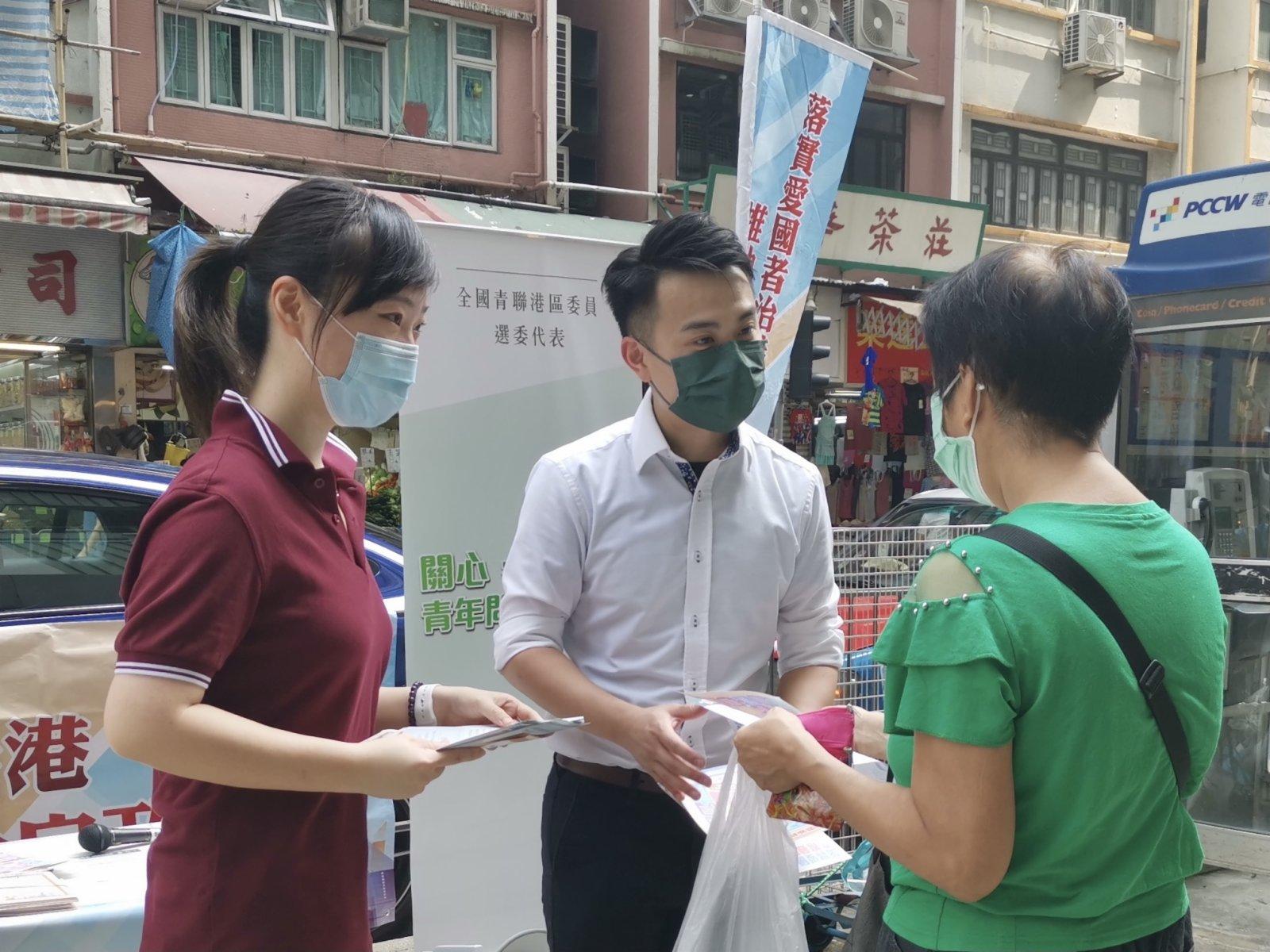 全國青聯港區委員黃芷淵和施永泰連續兩天在西環石塘咀街站派傳單。