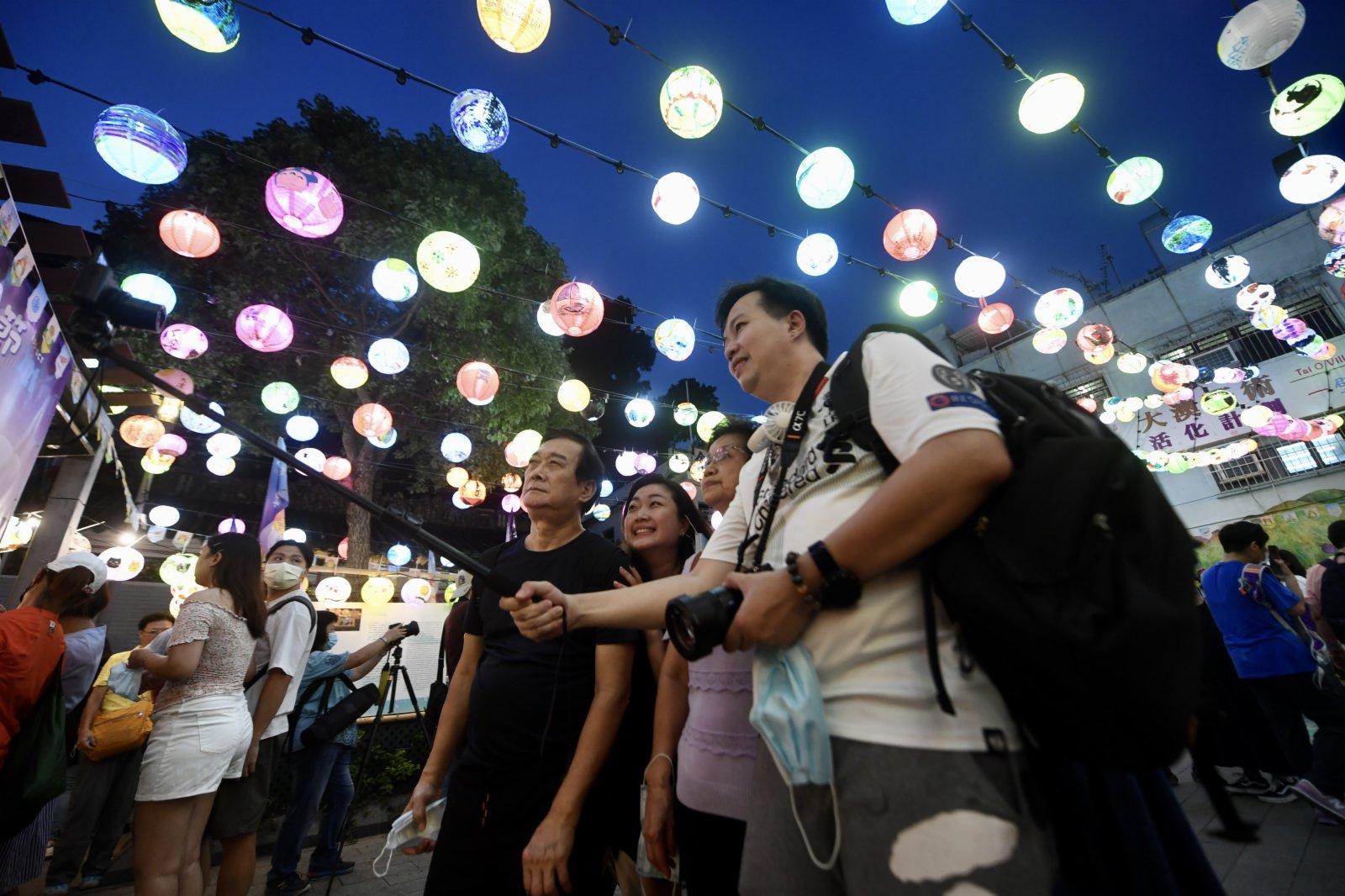 圖為香港市民于特色燈籠下合影。