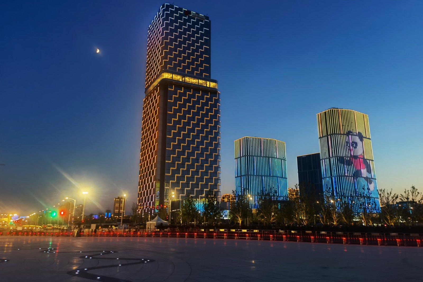 9月13日,西安奧體中心附近樓宇亮燈迎接「全運時刻」。中新社