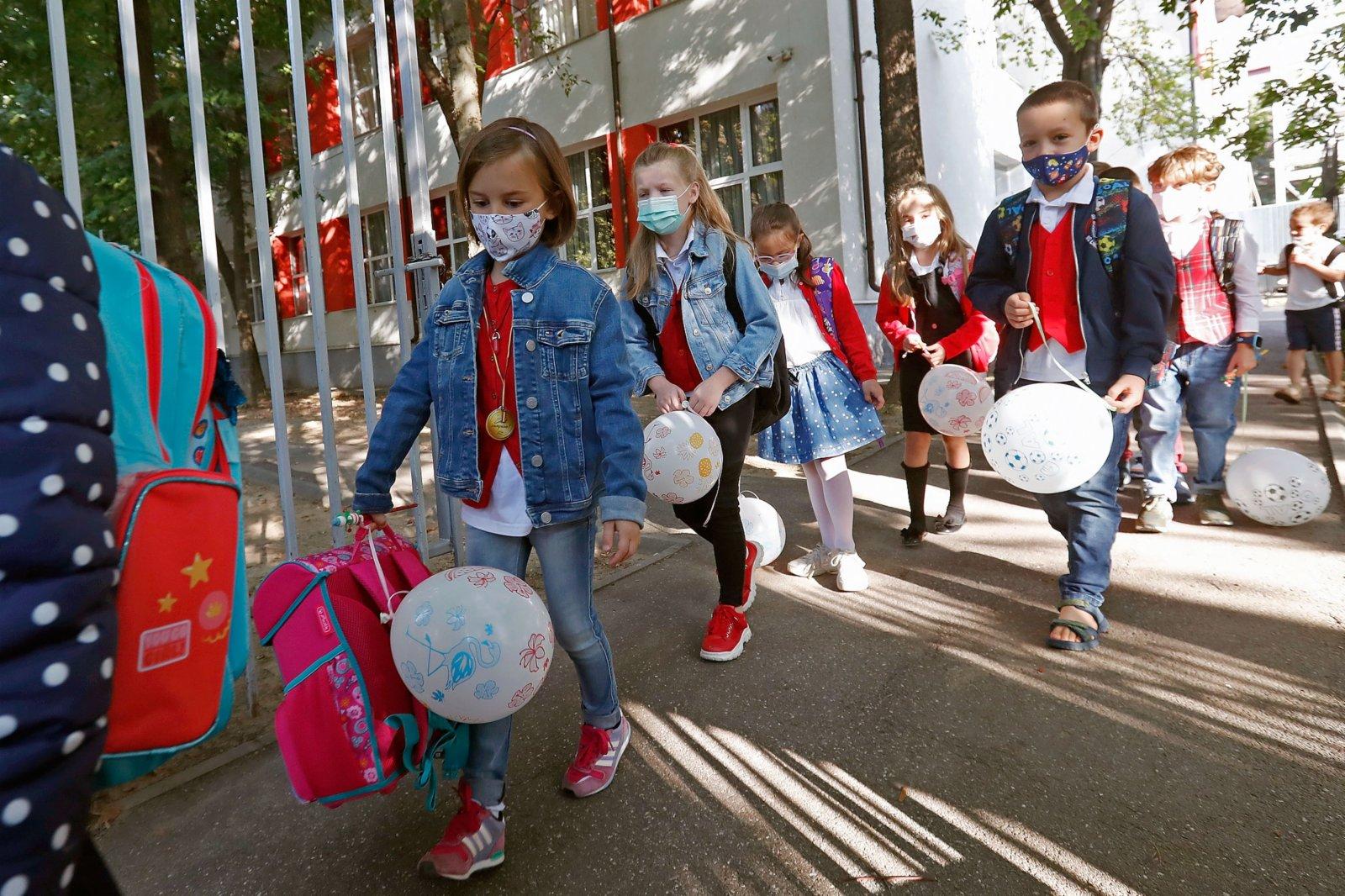 9月13日,在羅馬尼亞首都布加勒斯特,學生進入學校參加新學期開學典禮。當日,羅馬尼亞全國中小學開學,由於疫情日趨嚴重,政府要求所有人員必須戴口罩。(新華社)