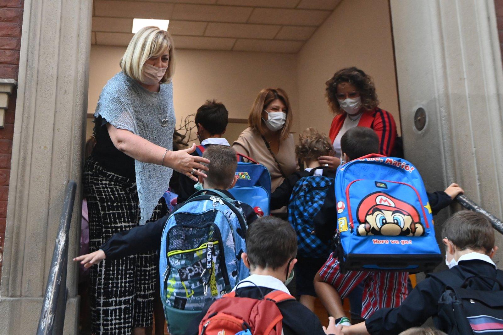 9月13日,學生在意大利博洛尼亞進入學校。9月13日後,意大利所有大區學校將陸續開學。根據意教育部公布的全國學校防疫措施,教職員工進入校園必須持有「綠碼」。(新華社)