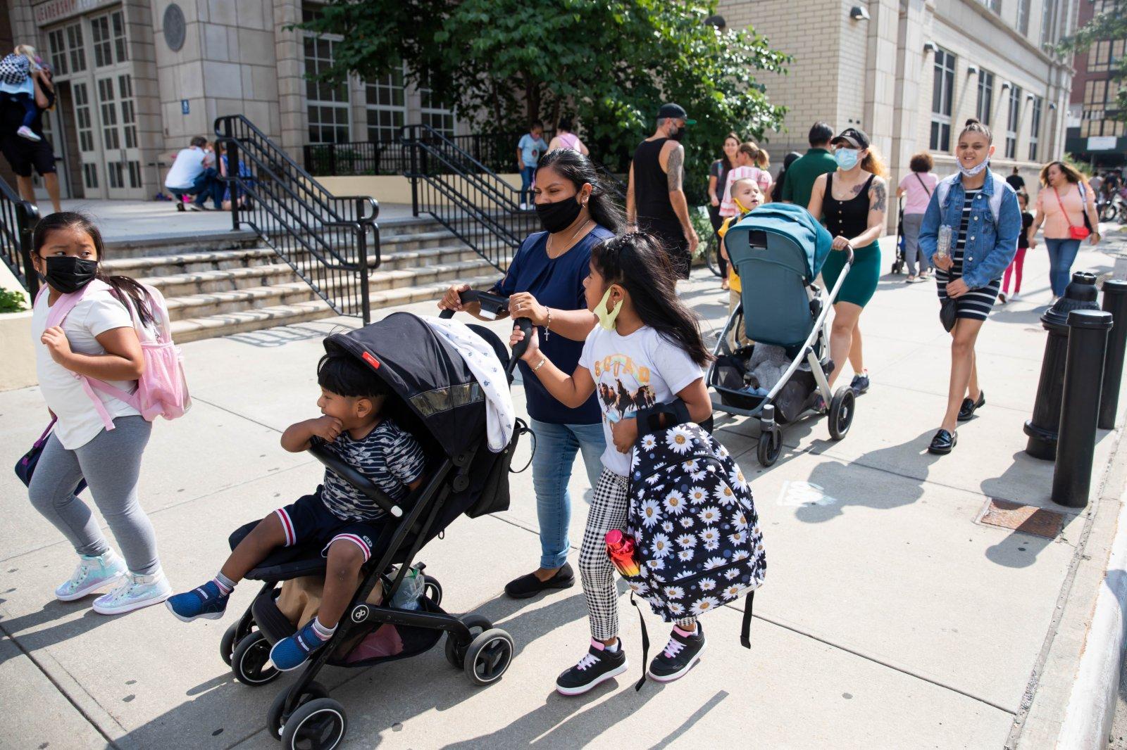 9月13日,家長在美國紐約一所公立學校外接學生放學。當日,紐約市公立中小學新學年開學,並全面恢復在校教學。(新華社)