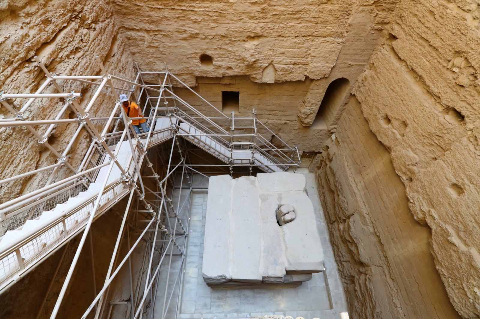 景區管理者在埃及首都開羅以南的塞加拉地區一座左塞爾時期古墓內查看。