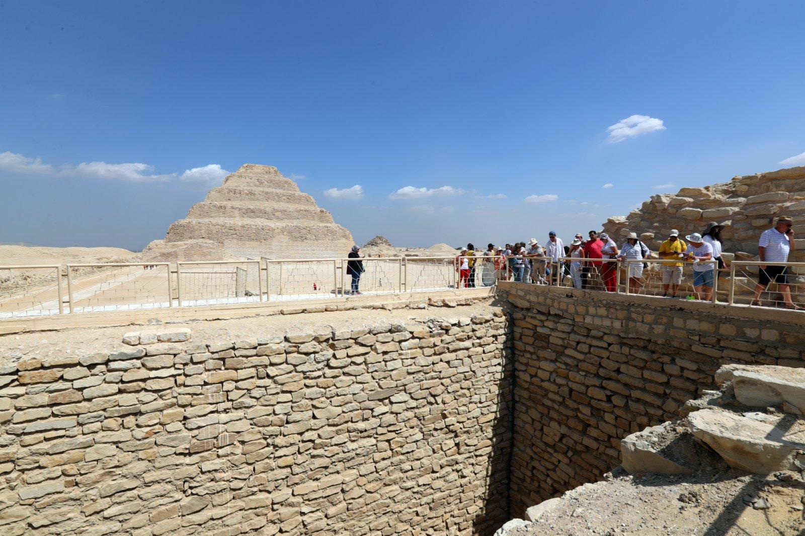 遊客在埃及首都開羅以南的塞加拉地區一座左塞爾時期古墓的地上建築遊覽。