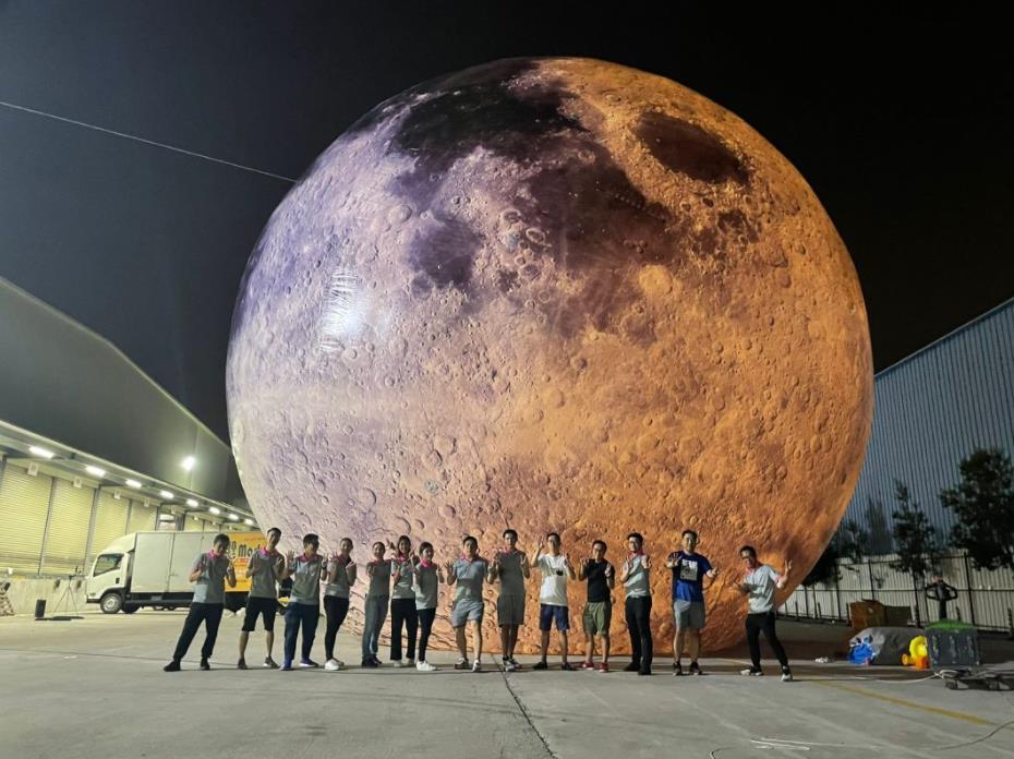 觀塘海濱的「燈」月活動將月球帶落海面,市民可以到海濱長廊,與15米高的超巨型發光月亮打卡。(「燈」月活動官方網站)