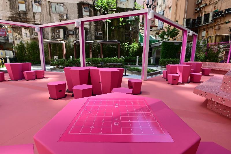 翻新後的砵蘭街休憩花園一部分會保留原有的布局作設施翻新,優化照明設施和座位;而另外一部分設計則帶現代感,加入創新的設計和藝術元素。整個花園包括地面、休憩設施和植物等以簡約的單色調呈現,令場地煥然一新。(政府新聞處圖片)