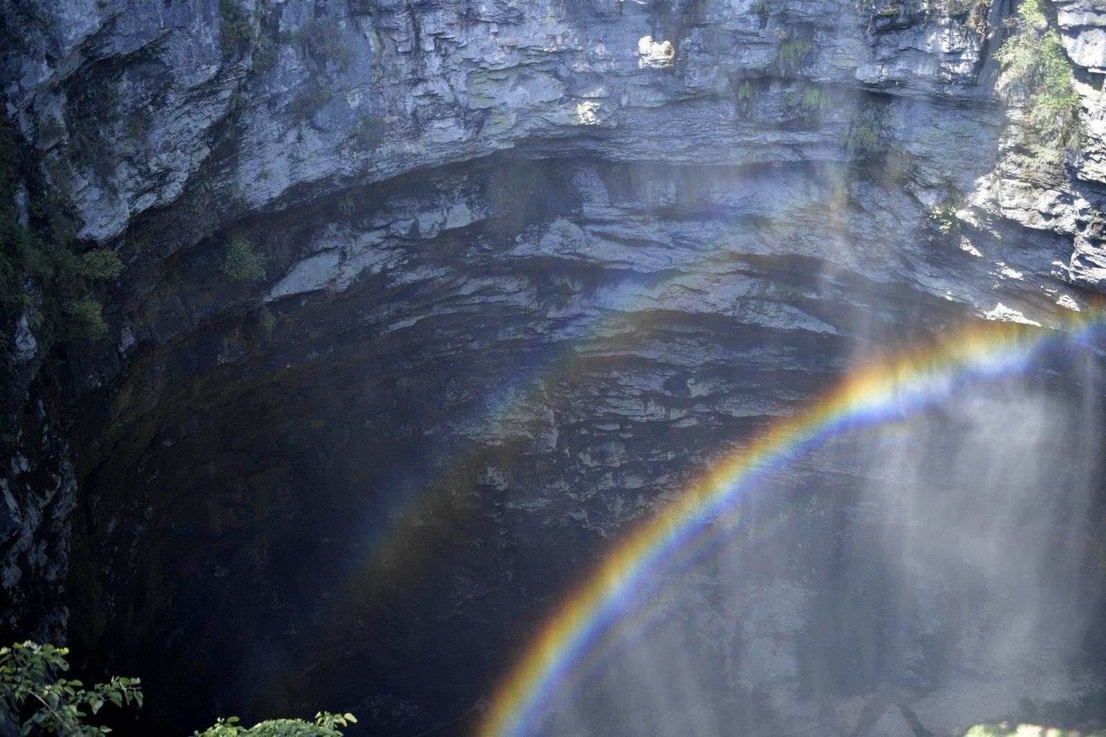 這是在湖北省宣恩縣鑼圈岩天坑拍攝的「天坑彩虹」。(新華社)