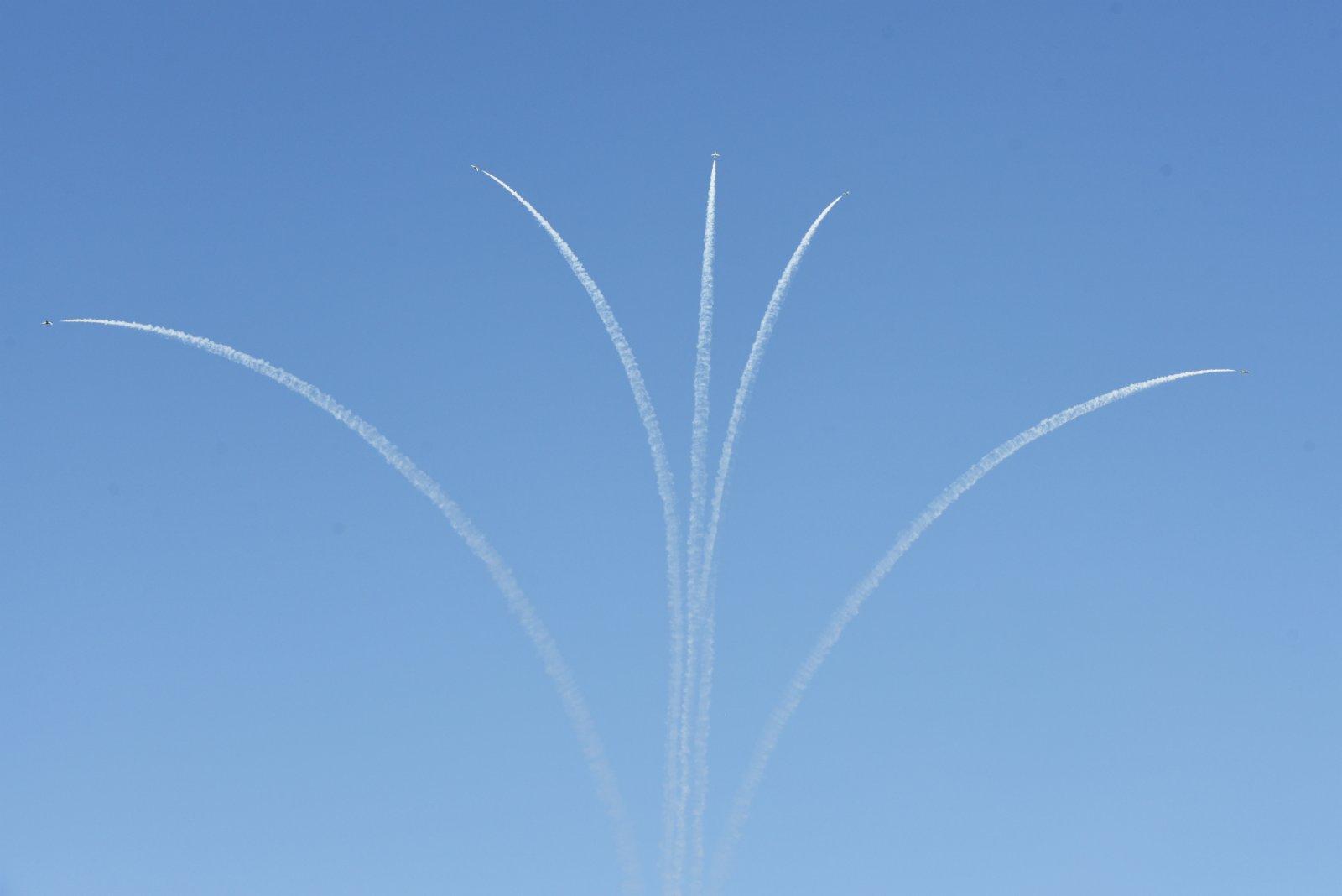 9月22日,在沙特阿拉伯首都利雅得,飛機在天空中畫出花朵的圖樣。(新華社)