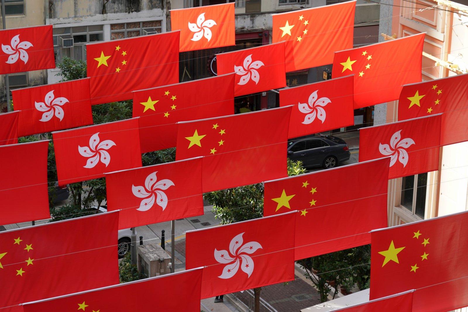 9月22日,100多面五星紅旗和香港特區區旗高懸香港利東街中庭上空。(中新社)