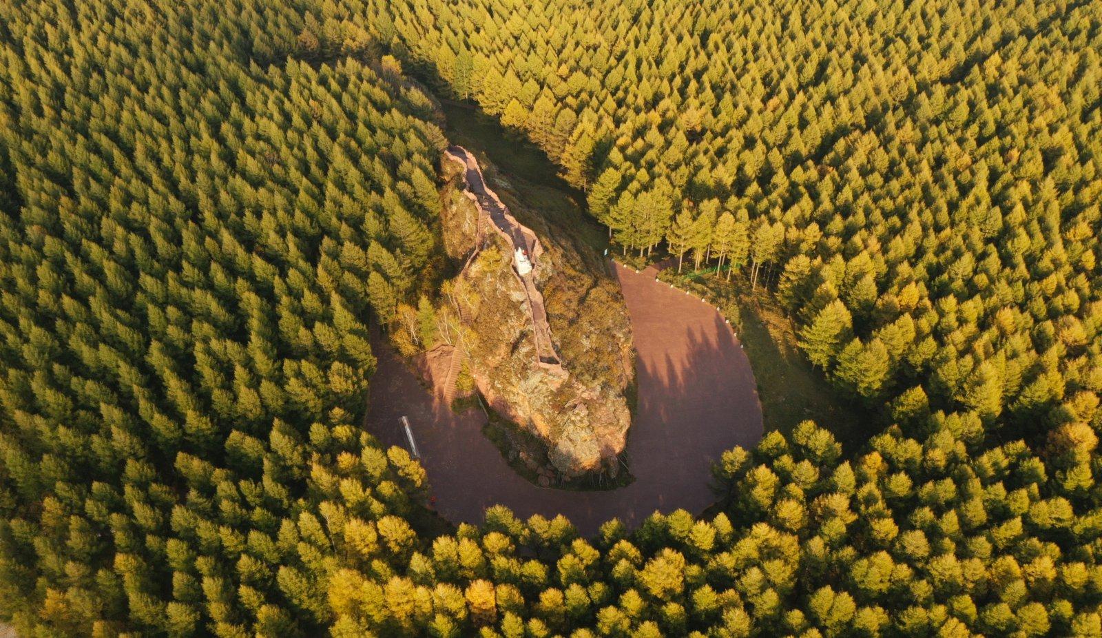9月23日拍攝的塞罕壩機械林場亮兵台。(新華社)